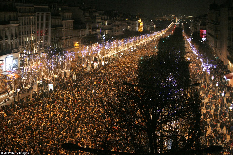 Paris, Les Champs Elysees envahis par la foule.