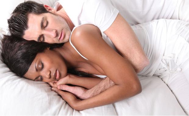 Homme et femme amour au lit [PUNIQRANDLINE-(au-dating-names.txt) 30