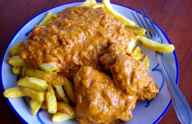 Chicken_moambe_with_French_fries_(14792587921)